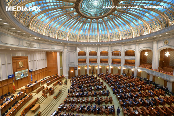 """Deputatul PNL Pavel Popescu citeste motiunea de cenzura intitulata """"Ajunge! Guvernul Dragnea-Dancila, rusinea Romaniei"""" , luni, 17 decembrie 2018, in plenul Parlamentului. ALEXANDRU DOBRE / MEDIAFAX FOTO"""
